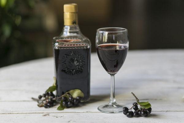 Процесс приготовления вина из смородины