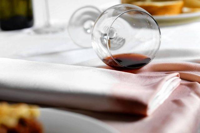 Как отстирать вино из одежды или скатерти – 5 лучших методов
