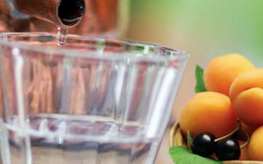 Самогон из абрикосов в домашних условиях (с дрожжами и без)